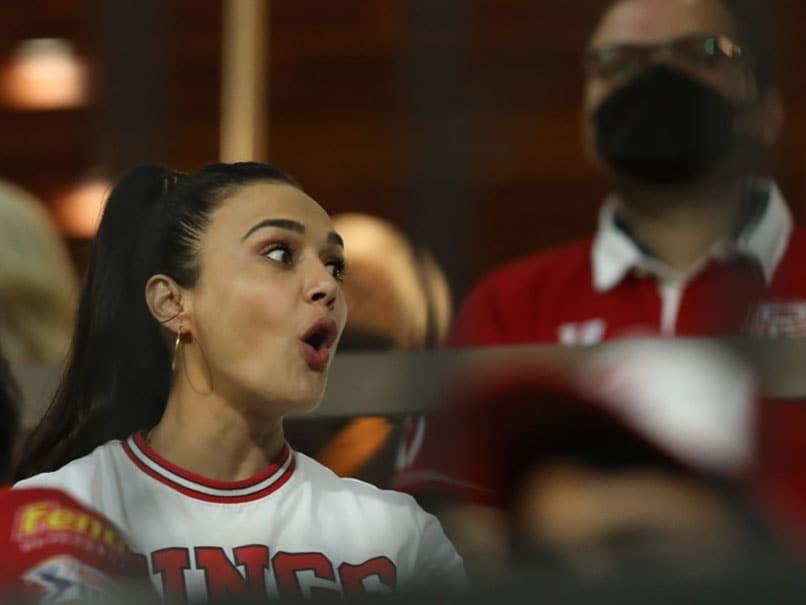 لیگ برتر هند 2020: پرستیژ زینتا ویدیویی را با کریس گیل ، مندپ سینگ ارسال می کند.  تماشا کردن