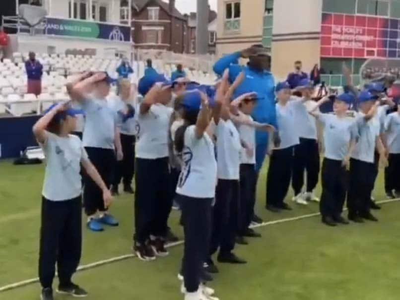 """شلدون کوتلل در یک ویدیوی جادویی با ویدیوی محدود """"سلام"""" را به کودکان آموزش می دهد.  تماشا کردن"""